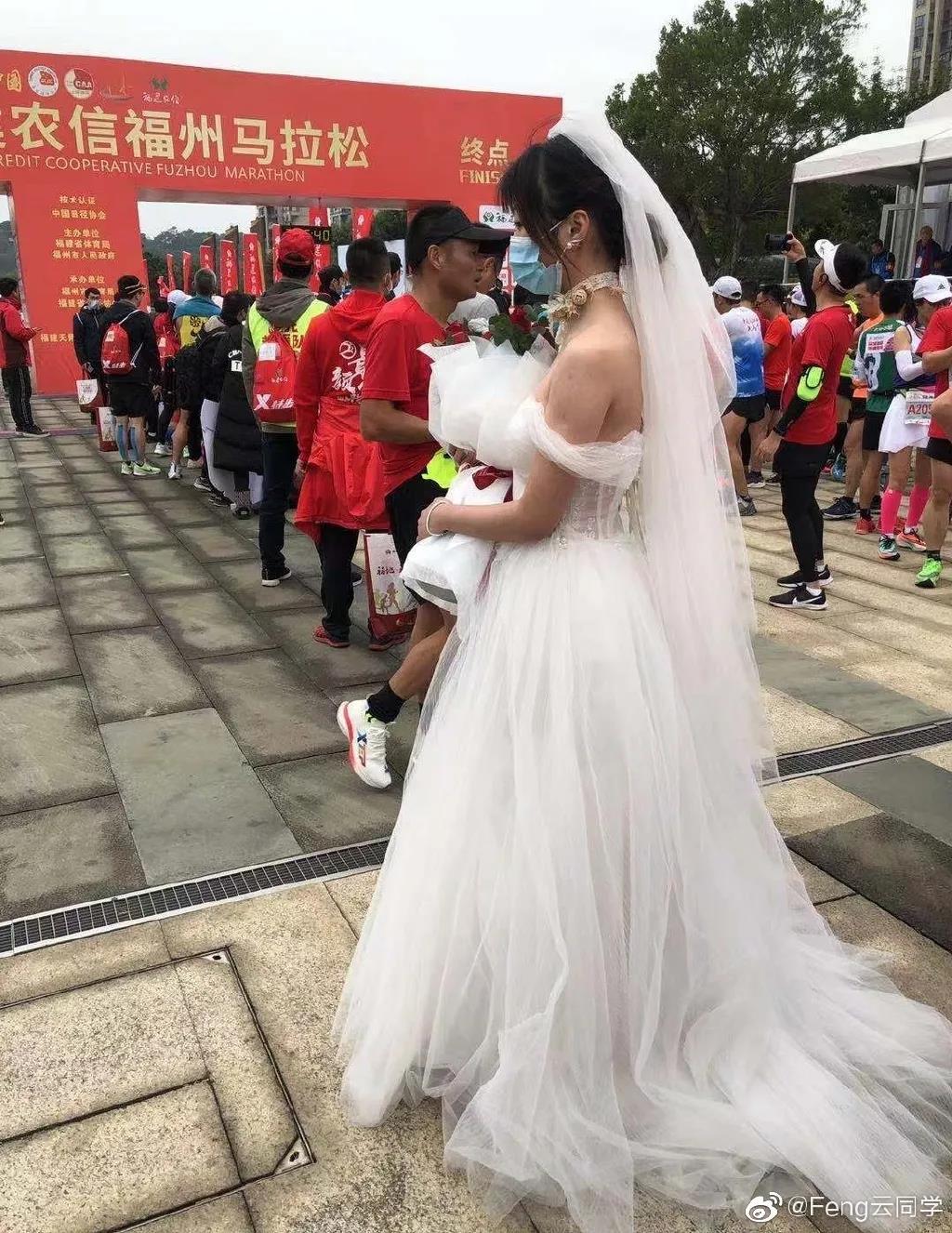 暴击!马拉松终点女子穿婚纱等候,不料男友已中途退赛回家!